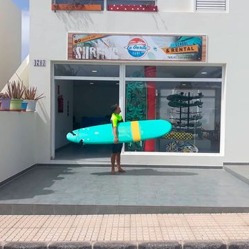 La Garita Surf - School & Rental hombre con tabla de surf