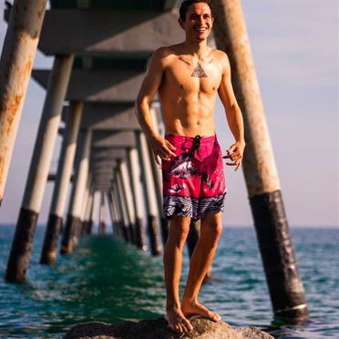 La Garita Surf - School & Rental hombre luciendo short rosa